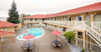 雷丁红狮套房酒店 - 雷丁 - 游泳池