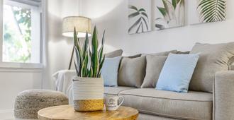 罗德岱堡阿拉尼湾豪华公寓式客房酒店 - 劳德代尔堡 - 客厅