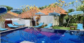攀达瓦海滩民宿酒店 - South Kuta - 游泳池
