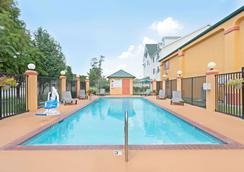 卡温顿速8酒店 - 卡温顿 - 游泳池
