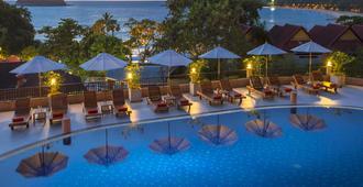 查纳莱花园度假村 - 卡伦海滩 - 游泳池