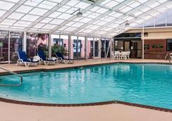 凯艺套房酒店-赖特湖诺福克机场 - 诺福克 - 游泳池