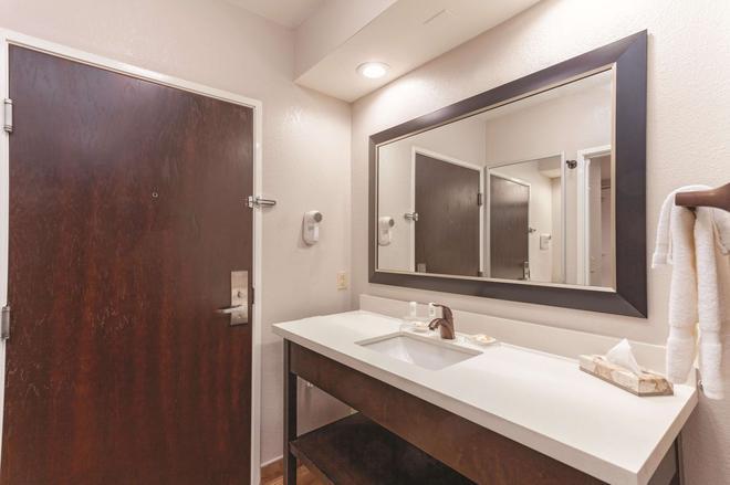 诺克斯维尔北I-75温德姆拉昆塔套房酒店 - 诺克斯维尔 - 浴室
