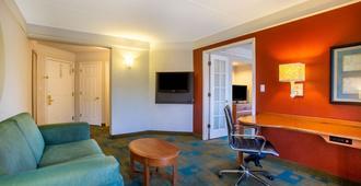 夏洛特机场南拉昆塔套房酒店 - 夏洛特 - 客厅