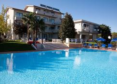 波尔图阿祖罗酒店 - 西尔米奥奈 - 游泳池