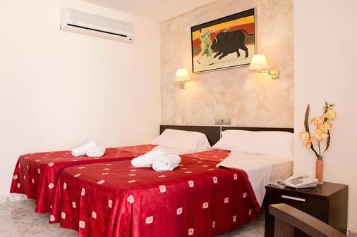 宏泰天堂海滩酒店 - 仅限成人 - Santa Eularia des Riu - 睡房