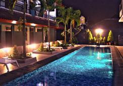 隆塔平房旅馆 - 库塔 - 游泳池