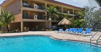 椰子湾全套房酒店 - 克利尔沃特 - 建筑