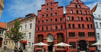 施特拉尔松斯科勒霍夫浪漫酒店 - 施特拉尔松 - 建筑
