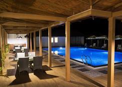 The Yellow Bamboo Resort & Spa - Gonikoppal - 游泳池