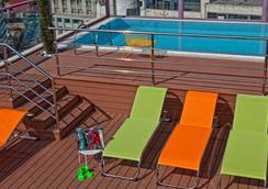 雅典诺瓦斯城酒店 - 雅典 - 游泳池