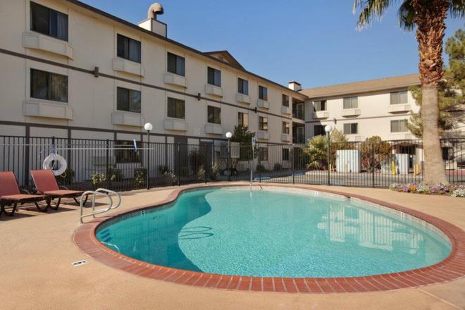 拉斯维加斯速8酒店 - 拉斯维加斯 - 游泳池
