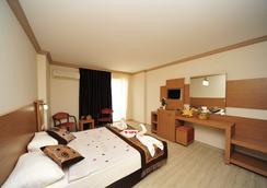 Happy Elegant Hotel - 阿拉尼亚 - 睡房