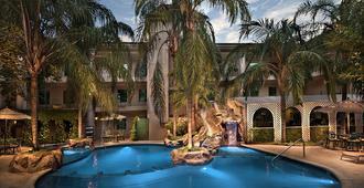 萨菲皇家豪华中央酒店 - 蒙特雷 - 游泳池