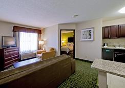 锡达拉皮兹北部乡村套房酒店 - Cedar Rapids - 睡房