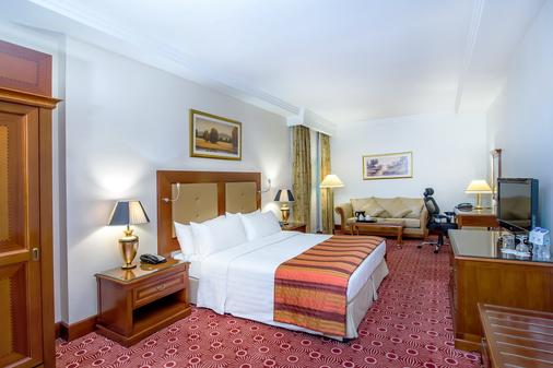 布尔迪拜使馆区假日酒店 - 迪拜 - 睡房