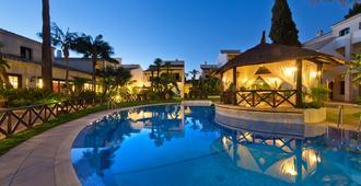 蓝湾巴努斯酒店 - 马贝拉 - 游泳池