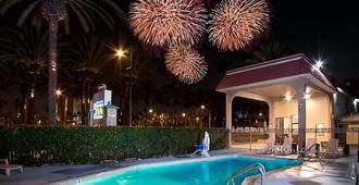 阿纳海姆探索套房酒店 - 安纳海姆 - 游泳池