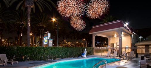 Anaheim Discovery Inn & Suites - 安纳海姆 - 游泳池