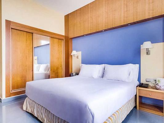 尼娜酒店 - 锡切斯 - 睡房