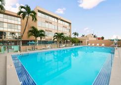 戴斯迈阿密国际机场酒店 - 迈阿密 - 游泳池