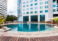 马德里米拉希尔拉喜来登度假酒店 - 马德里 - 游泳池