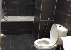 金达河畔套房酒店 - 怡保 - 浴室