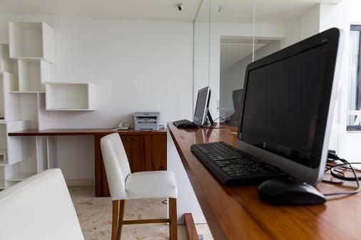 亚拿套房公寓 - 卡曼海灘 - 商务中心