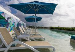 亚拿套房公寓 - 卡曼海灘 - 游泳池