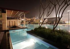 巨量酒店 - 新德里 - 游泳池