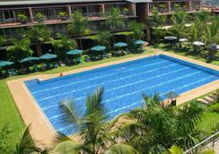 卡比拉乡村俱乐部酒店 - Kampala - 游泳池