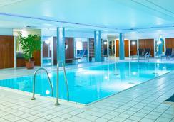 吕贝克假日旅馆 - 吕贝克 - 游泳池