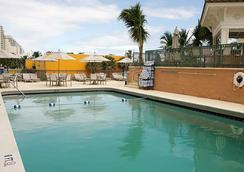劳德代尔堡海滩万怡酒店 - 劳德代尔堡 - 游泳池