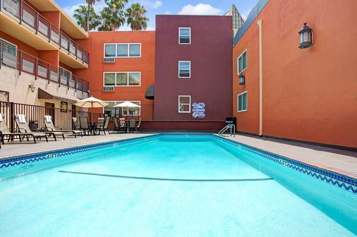 洛杉矶市中心西华美达酒店 - 洛杉矶 - 游泳池