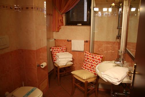 欧洲机场客栈 - 菲乌米奇诺 - 浴室