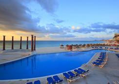 坎昆克里斯塔尔酒店 - 坎昆 - 游泳池