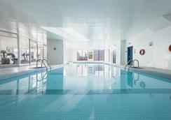 加弗努尔广场杜普伊斯酒店 - 蒙特利尔 - 游泳池