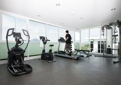 普吉岛宽敞公寓式酒店 - 普吉岛 - 健身房