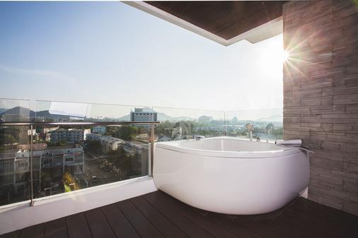 普吉岛宽敞公寓式酒店 - 普吉岛 - 阳台