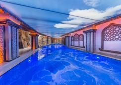 卡帕多起亚山酒店及Spa中心 - 内夫谢希尔 - 游泳池
