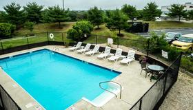 罗德岛米德尔敦红屋顶套房酒店 - 米德尔敦 - 游泳池