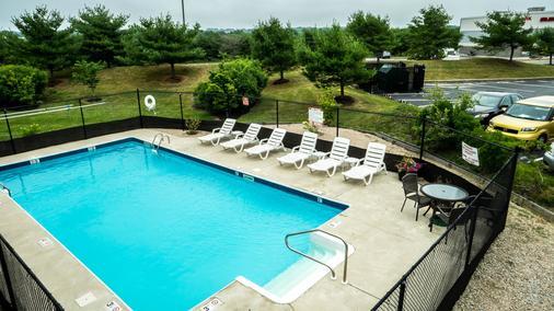 大使套房酒店 - 米德尔敦 - 游泳池