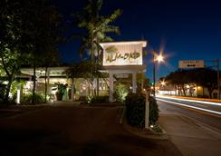 Almond Tree Inn - 基韦斯特 - 户外景观