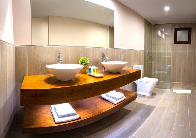 维奥克拉斯兰萨罗特运动与疗养度假村 - 科斯塔特吉塞 - 浴室