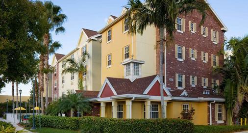 迈阿密机场西/多拉尔地区唐尼泊雷斯套房酒店 - 多拉 - 建筑