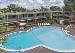 基西米华美达港威酒店 - 基西米 - 游泳池