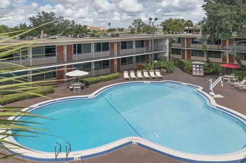 华美达温德姆基西米休闲酒店 - 基西米 - 游泳池