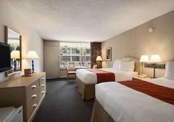 基西米华美达港威酒店 - 基西米 - 睡房