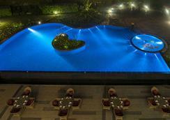 迈索尔雷迪森布鲁广场酒店 - 迈索尔 - 游泳池