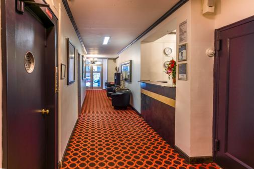 皇家花园酒店和青年旅馆 - 纽约 - 柜台